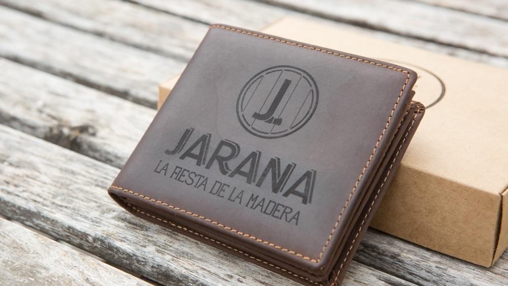 Cartera confeccionada en cuero de alta calidad para hombre con grabado laser personalizado de nombre, logotipo o diseño personaliado.
