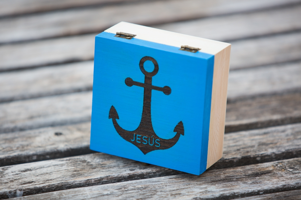 Caja de madera pintada a color y Grabada a láser personalizado