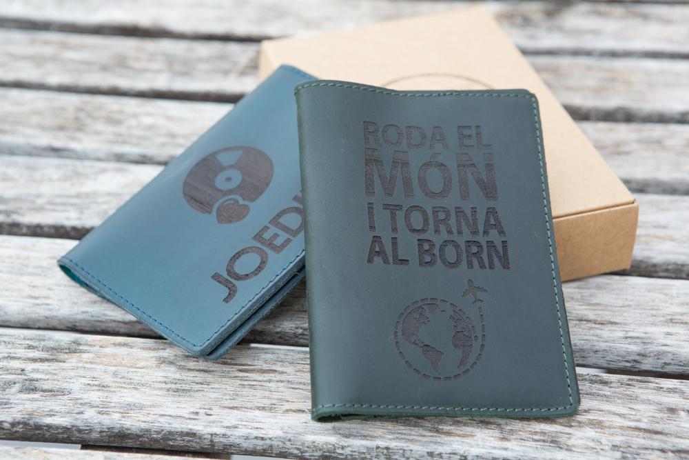 Funda de pasaporte elaborada en cuero personalizada mediante grabado laser para viajero con clase.
