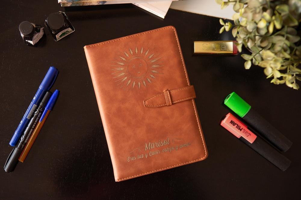 Agenda Libreta de cuero marron personalizada con grabado laser para poner nombre, logo o diseño personalizado.