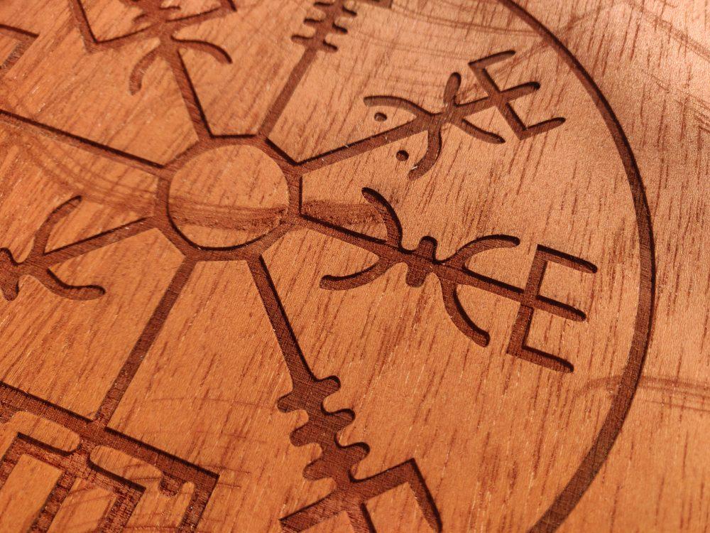 Vigvisir – Símbolo vikingo en madera